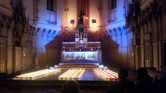 603 kaarsjes werden ontstoken ter nagedachtenis aan de 603 begraven Belgen.